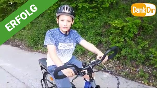 Dank Dir freut sich Nico über sein Therapie-Dreirad