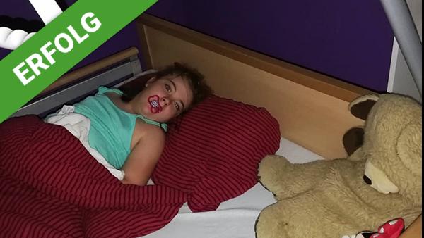 Lisa-Sophie freut sich über das Pflegebett