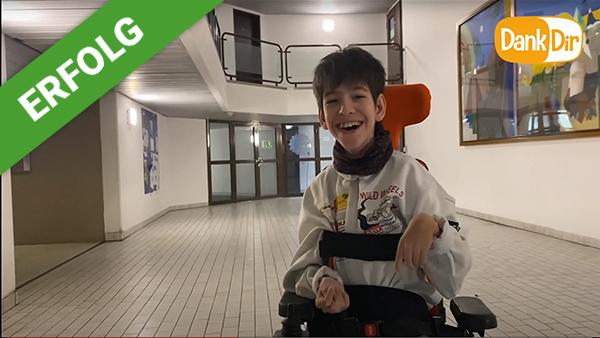 Dank Dir freut sich Jannis über einen Sport Rollstuhl